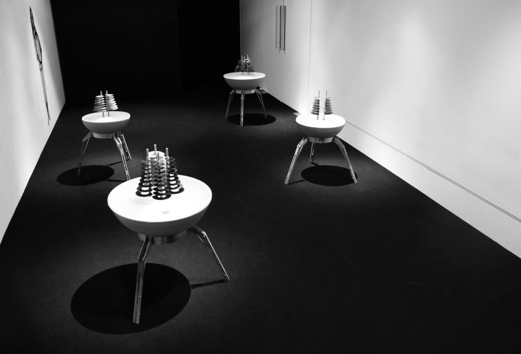 Instalação de 'acruxs', instrumentos criados por Victor Gama.
