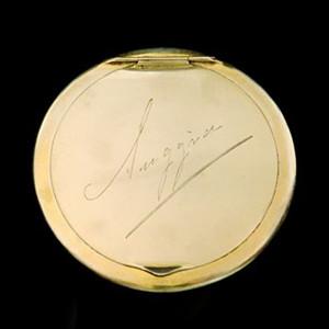 """Caixa de pó-de-arroz de ouro com gravação """"Suggia"""" (espólio Guilhermina Suggia, C.M.P.)"""